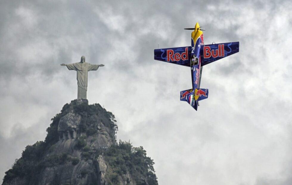 Un piloto coloca su avión en paralelo al Cristo Redentor de Río de Janeiro