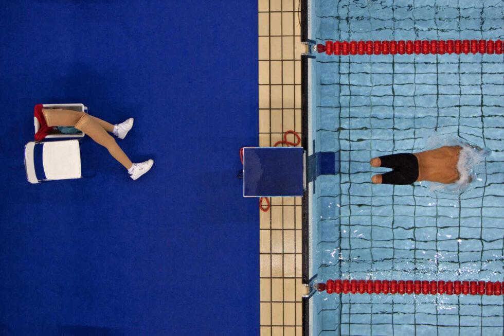Un nadador paralímpico, en el momento de lanzarse al agua en los Juegos de Atenas 2004