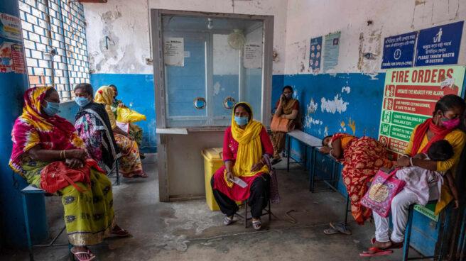 Mujeres esperan para recibir una vacuna contra el Covid-19 en Barasat, India.