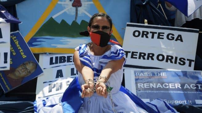 La activista Carolina Sédiles ante la sede de la OEA en Washington