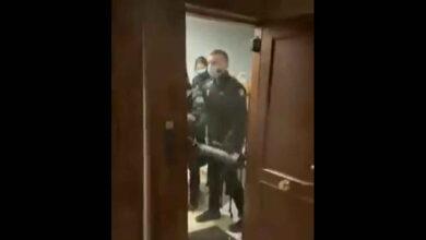 """La Audiencia propone investigar a los policías de la patada en la puerta por """"exceso"""" de autoridad"""