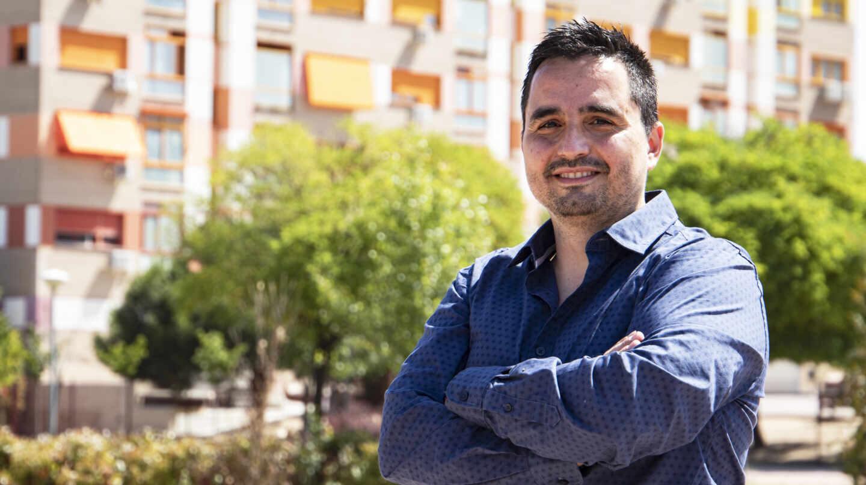 """Jorge Dioni López, autor de """"La España de las piscinas"""", posa para El Independiente en el PAU de Alcorcón"""
