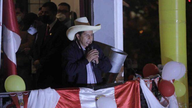 Pedro Castillo se dirige a sus seguidores desde el balcón de la sede de Perú Libre en Lima