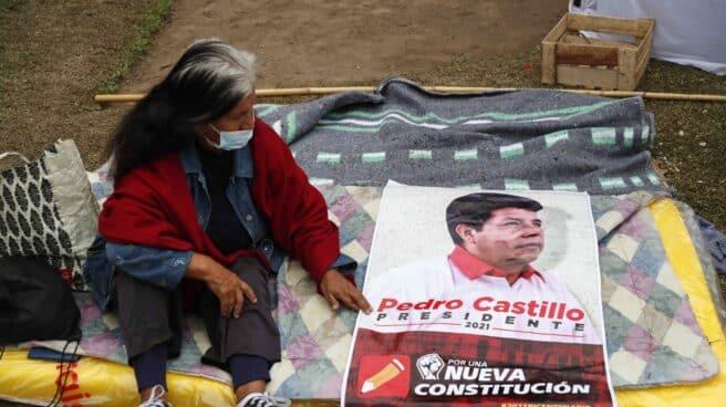 Una partidaria de Castillo, de guardia ante la Junta Electoral Central