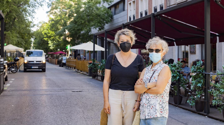 María e Isabel (nombres ficticios) posan en la calle Ponzano delante de varias terrazas)