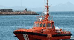 Rescatan a dos inmigrantes que cruzaban el Estrecho a bordo de una piragua