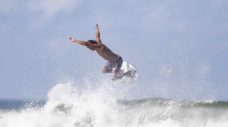 Un surfista salta una ola en Costa Rica