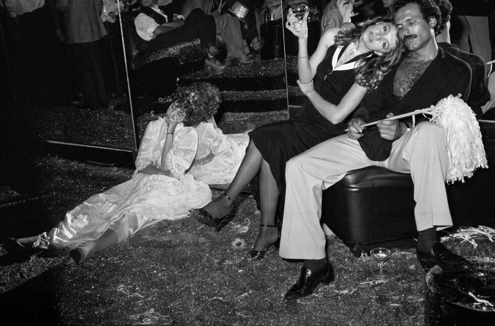Foto de Tod Papageorge de la mítica Studio 54, New York con gente de fiesta.