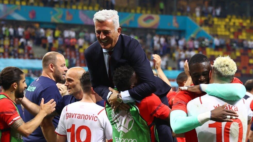 Los jugadores de Suiza mantean al seleccionador Vladimir Petkovic tras la clasificación a los cuartos de final de la Eurocopa