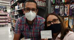 Ariadna y Miguel muestran sus certificados de vacunación.