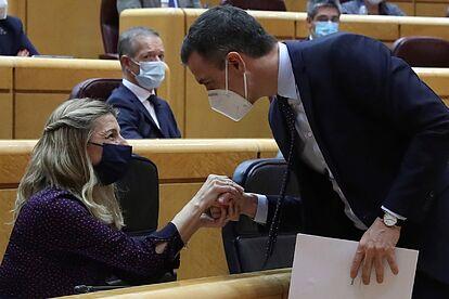 Sánchez saluda a Díaz en el Senado