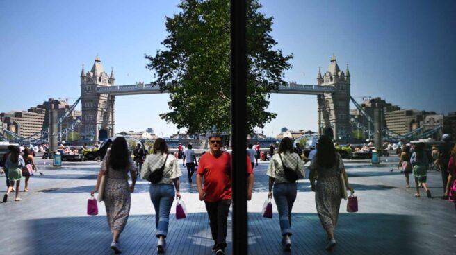 Varios londinenses caminan cerca de Tower Bridge, en la capital de Reino Unido.