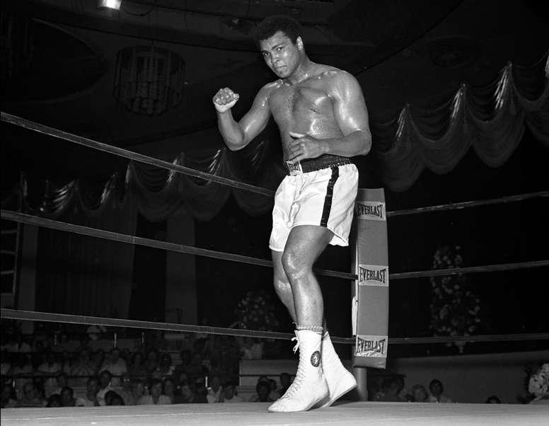 Fotografía tomada el 12 de mayo de 1975 y divulgada por Las Vegas News Bureau (LVNB) en la que se registró al boxeador Mohamed Ali, antes de un combate contra Ron Lyle, en el hotel Tropicana de Las Vegas