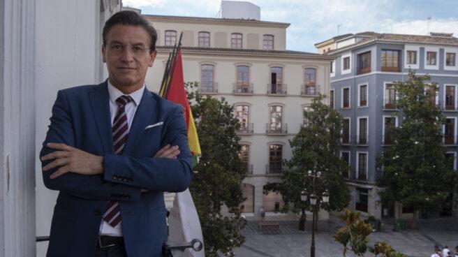 Luis Salvador, alcalde de Granada, en el balcón de la alcaldía, con vistas a la plaza del Carmen