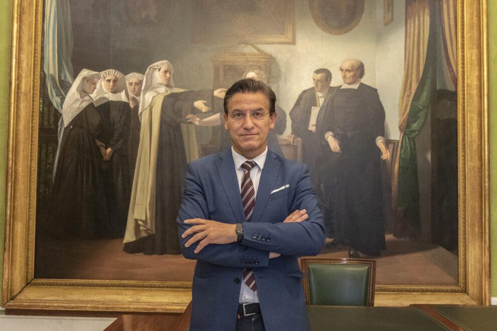 Salvador en su despacho de alcaldía, delante del cuadro de Mariana Pineda