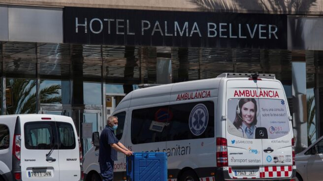 Ambulancia a la puerta del hotel Covid de Mallorca.