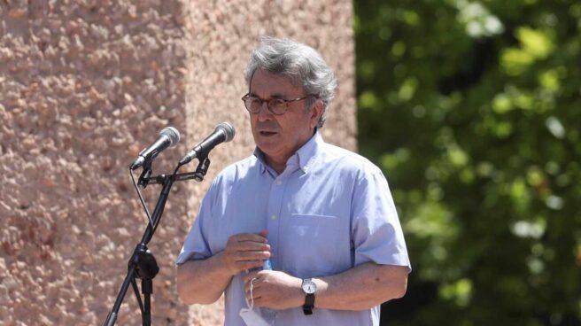 El escritor Andrés Trapiello interviene en la manifestación de Colón contra los indultos.