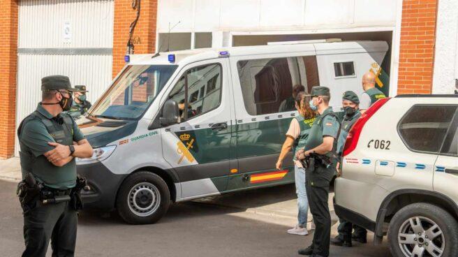 El asesino confeso de Rocío Caíz, en el furgón policial tras un registro.