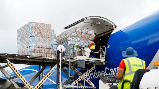 Un avión de carga en Barajas.
