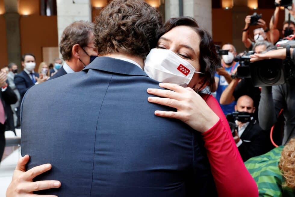El presidente del Partido Popular, Pablo Casado abraza a la presidenta de la Comunidad de Madrid, Isabel Díaz Ayuso durante su investidura