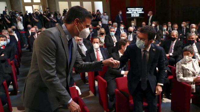 Sánchez y Aragonés se saludan en Barcelona.