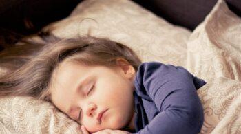 Una nueva sábana cambia de color para avisar si un bebé pasa de 37,5 grados