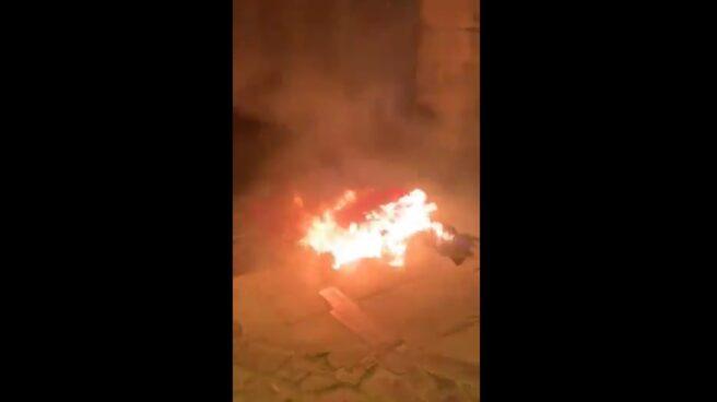 Bandera de España quemada en el Ayuntamiento de Vic.