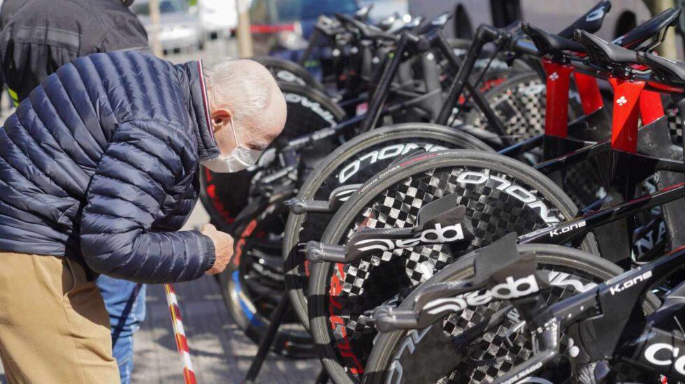 Un hombre observa variass bicicletas durante una etapa de la Vuelta al País Vasco
