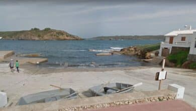 Muere un bañista tras golpearse con una roca en la Cala Tap de Menorca