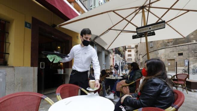 Un camarero atiende una terraza en Palma de Mallorca.