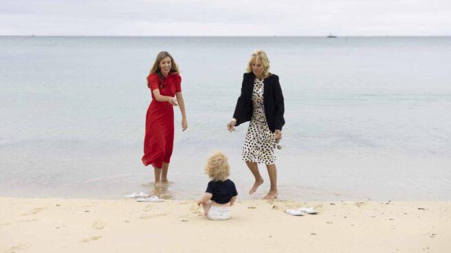 Carrie Johnson (izquierda), junto a su hijo Wilfred y a Jill Biden durante la cumbre del G7 en Cornualles.