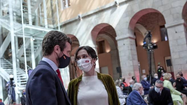 El presidente del PP, Pablo Casado (i), y la presidenta de la Comunidad de Madrid, Isabel Díaz Ayuso (d)