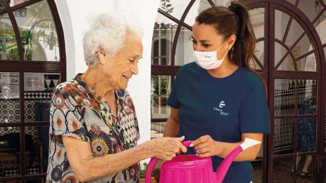 En los centros de día, profesionales sociosanitarios trabajan para conservar y mejorar la calidad de vida de las personas dependientes.