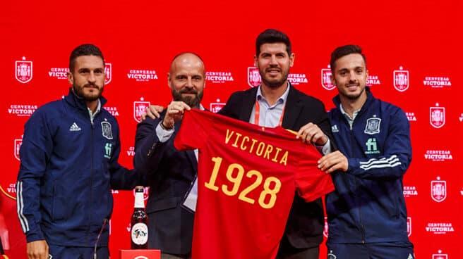Koke, y Sarabia, jugadores de la Selección, posan con la camiseta de España y la marca de cervezas Victoria