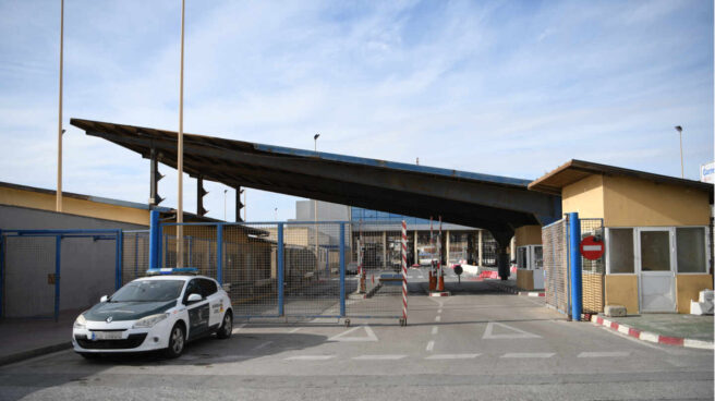 Un vehículo de la Guardia Civil en el paso fronterizao del Tarajal, en Ceuta.
