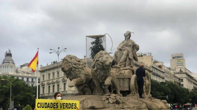 Una activista de Greenpeace dentro de la fuente de Cibeles.
