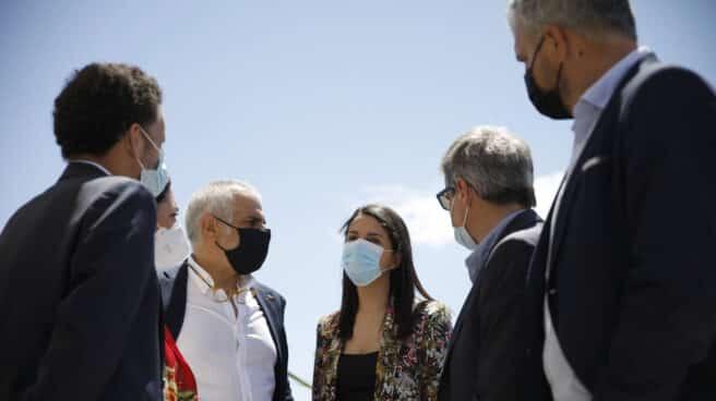 La líder de Cs, Inés Arrimadas (c), conversa con el vicesecretario general y portavoz nacional de Ciudadanos, Edmundo Bal (i), y el líder de Ciudadanos en Cataluña, Carlos Carrizosa (d).