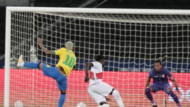 Neymar dispara a puerta en un partido de Brasil en la Copa América.