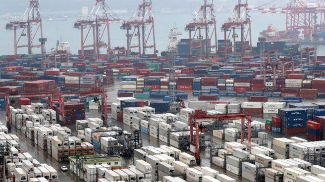 Contenedores apilados en el puerto de Busan, en Corea del Sur.