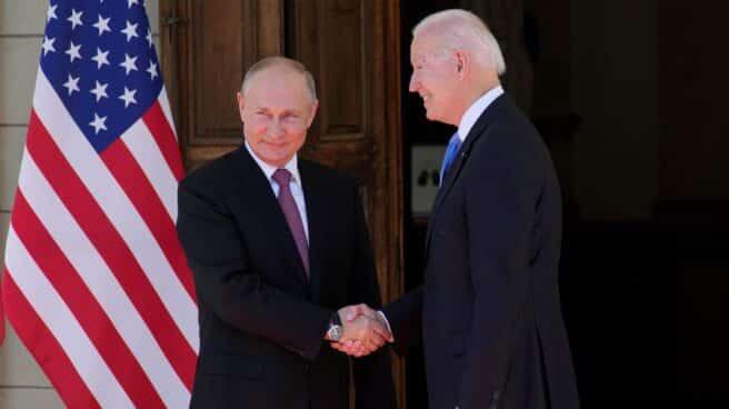 Vladimir Putin y Joe Biden se saludan en Ginebra (Suiza), antes de su primera cumbre.