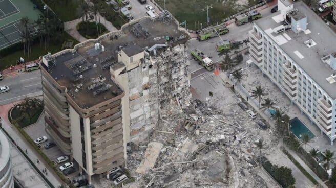 Imagen de archivo del derrumbe de un edificio de apartamentos en Miami.
