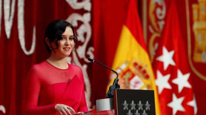La presidenta de la Comunidad de Madrid, vestida de rojo fucsia, en su toma de posesión.