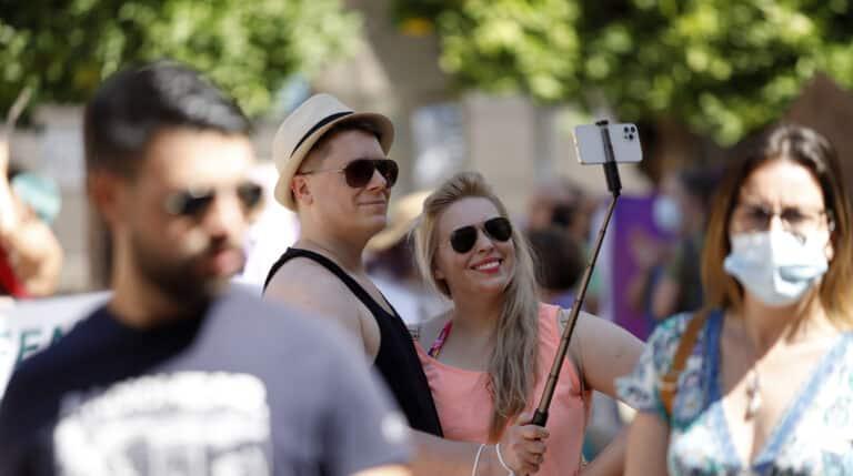 Dos jóvenes sin mascarillas en la calle Larias, durante el primer día en el que no es obligado el uso de la mascarilla en exteriores.