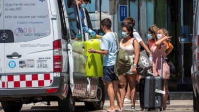 Baleares pide a los jóvenes aislados quedarse en cuarentena o irse de la isla en un 'barco burbuja'