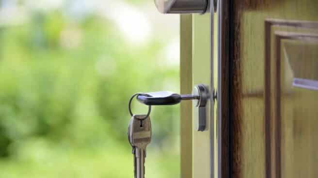 Imagen de una llave en una cerradura.