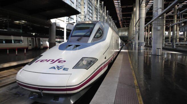Imagen de un tren AVE de Renfe en una estación de tren