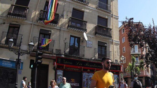 Personas paseando por Madrid con y sin mascarillas