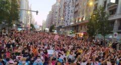 Cientos de personas protagonizan una sentada en Gran Vía al grito de 'Ley Trans Ya'