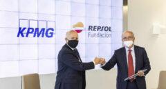 Hilario Albarracín, presidente de KPMG en España y Antonio Brufau, presidente de Fundación Repsol, durante el acto de firma del acuerdo entre ambas entidades.