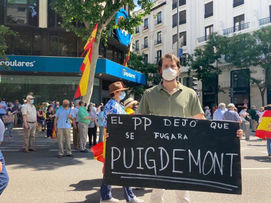 Manifestante de Colón en la sede de Génova contra el PP.